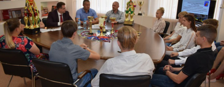 Владимир Шарыпов вручил благодарности спортсменам-каратистам